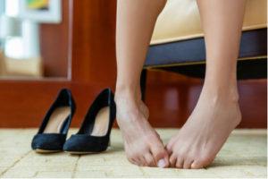 Žena si sundala boty, aby se vyvarovala mykóza nohou
