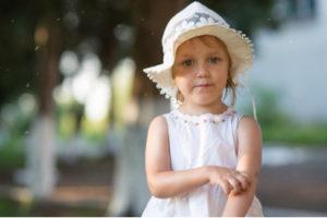Malá holčička si škrábe ruku pokousanou od komárů