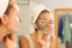 akné se snaží žena zbavit pomocí čistící masky na obličej